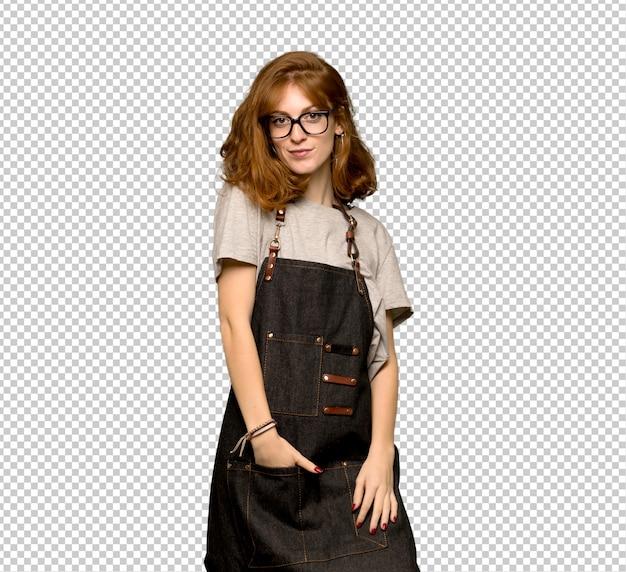 Jonge roodharigevrouw met schort met glazen en het glimlachen Premium Psd