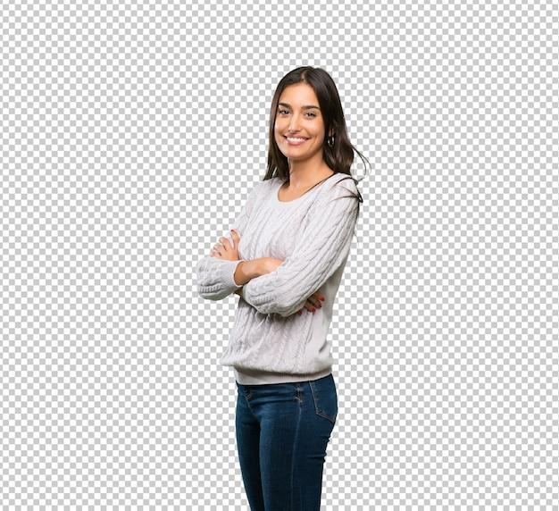 Jonge spaanse donkerbruine vrouw met gekruiste en wapens die vooruit eruit zien Premium Psd