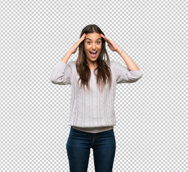 Jonge spaanse donkerbruine vrouw met verrassingsuitdrukking Premium Psd