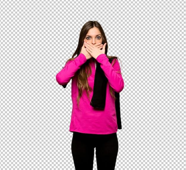 Jonge sportvrouw die mond behandelen met handen voor iets ongepast zeggen Premium Psd