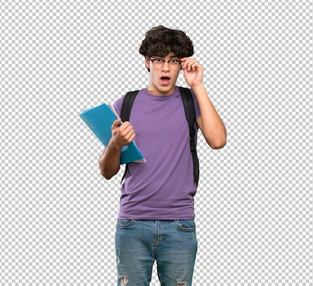 Jonge studentenmens met glazen en verrast Premium Psd