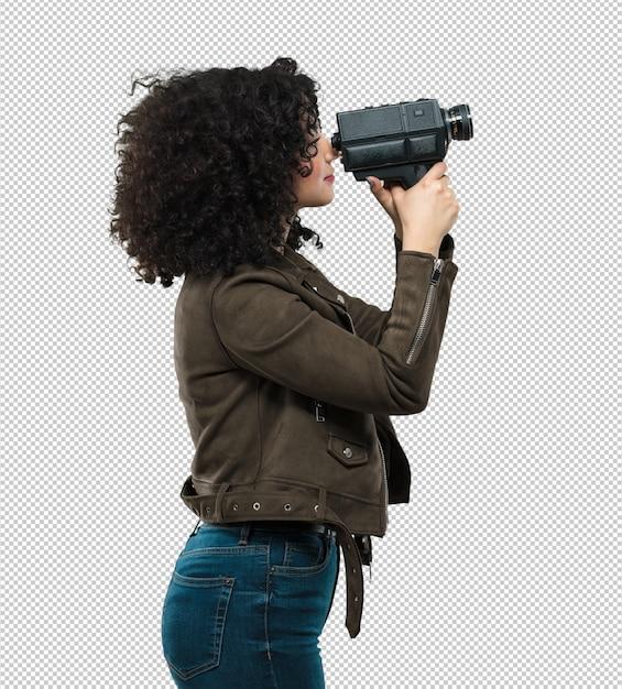 Jonge vrouw die een videocamera houdt Premium Psd