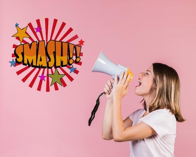 Jonge vrouw die in een sprekende trompet naast een bericht schreeuwt Gratis Psd