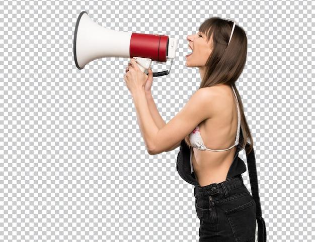 Jonge vrouw in bikini die door een megafoon schreeuwt Premium Psd