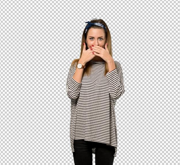 Jonge vrouw met hoofddoek die mond behandelt met handen voor iets ongepast zeggen Premium Psd
