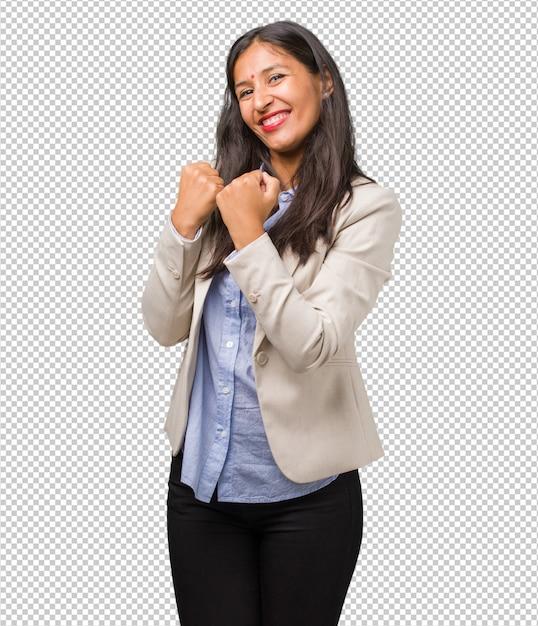 Jonge zakelijke indiase vrouw erg blij en opgewonden, het verhogen van wapens, het vieren van een overwinning of succes, het winnen van de loterij Premium Psd