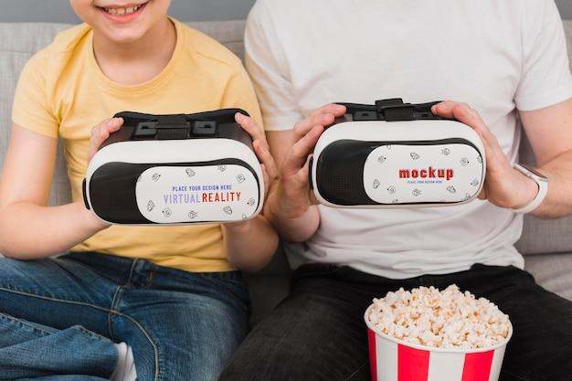 Jongen en ouder die virtual reality-headsets houden Gratis Psd