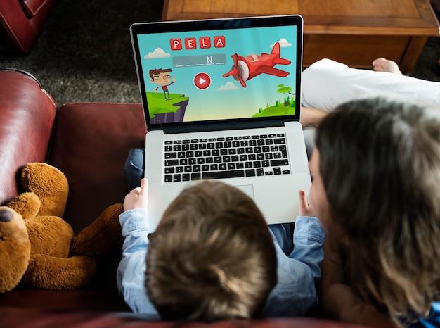 Jongen met behulp van copyspace digitaal apparaat op de woonkamer Gratis Psd