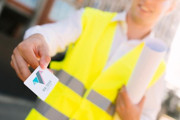 Joven arquitecto sosteniendo una maqueta de tarjeta de visita PSD gratuito