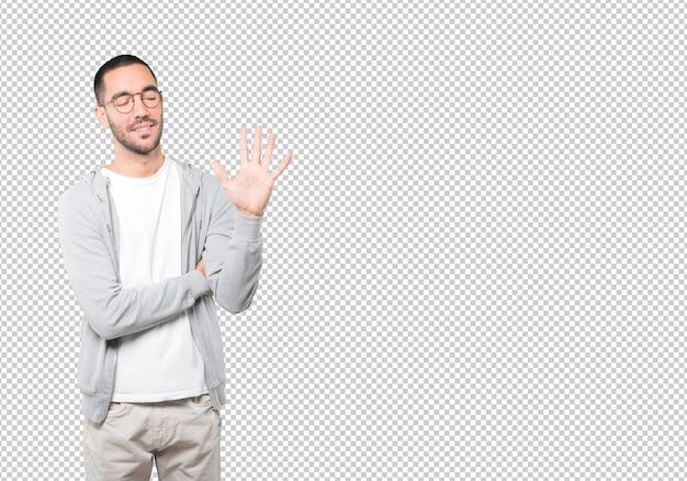 Joven haciendo un gesto número cinco PSD Premium