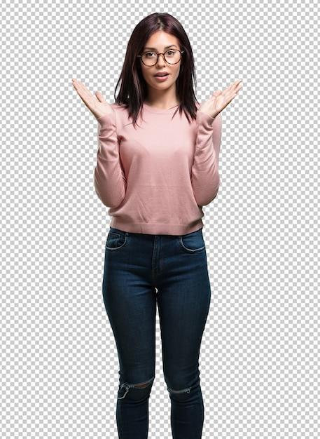 Joven mujer bonita sorprendida y conmocionada, mirando con los ojos muy abiertos, entusiasmada por una oferta o por un nuevo trabajo, gana el concepto PSD Premium