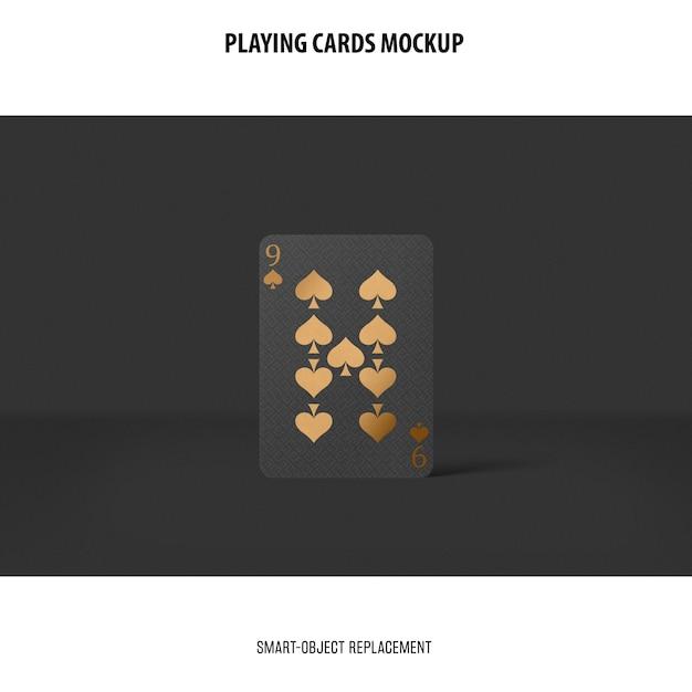 Jugando a las cartas con maqueta de lámina dorada PSD gratuito