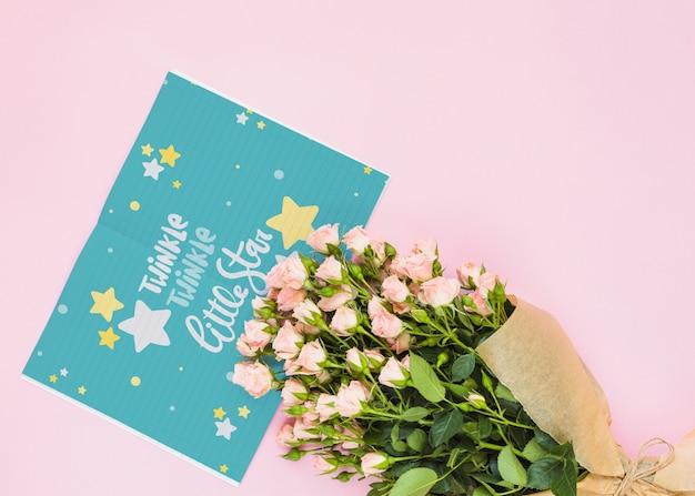 Kaartmodel met bloemendecoratie voor huwelijk of citaat Gratis Psd