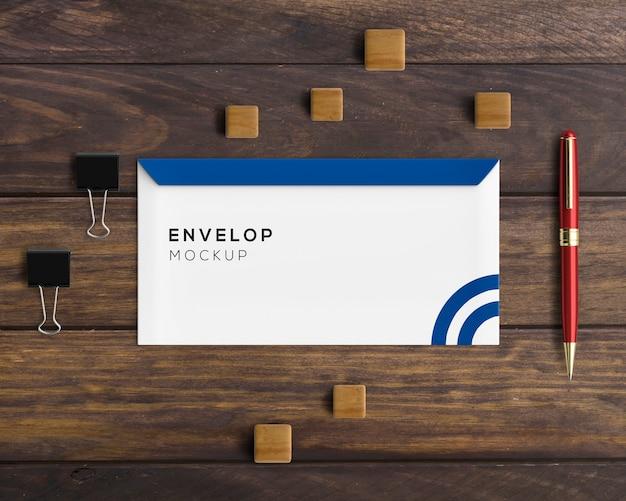 Kantoorbehoeftenconcept met envelopmodel Gratis Psd