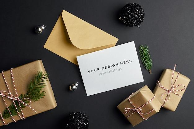 Kerst wenskaart mockup met fir tree branch, geschenkdozen en feestelijke decoraties Premium Psd