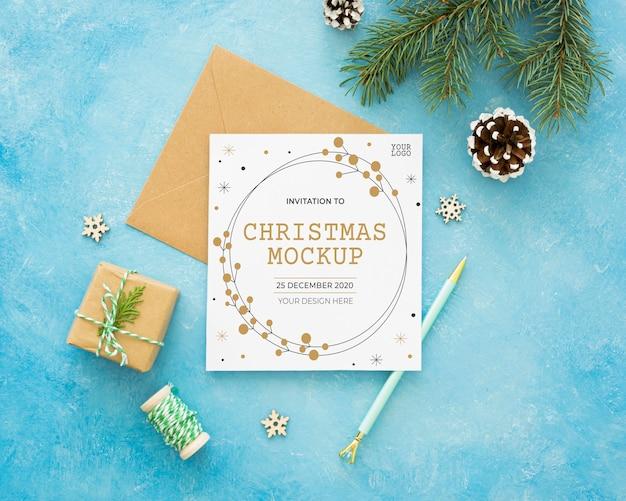 Kerstavond samenstelling met kaart en envelop Gratis Psd