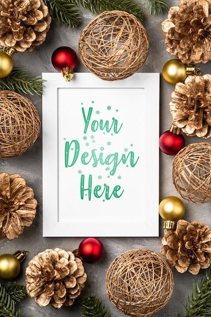 Kerstmissamenstelling met lege omlijsting. gouden ornament, dennenappels en dennennaalden decoraties. mock up wenskaartsjabloon Premium Psd
