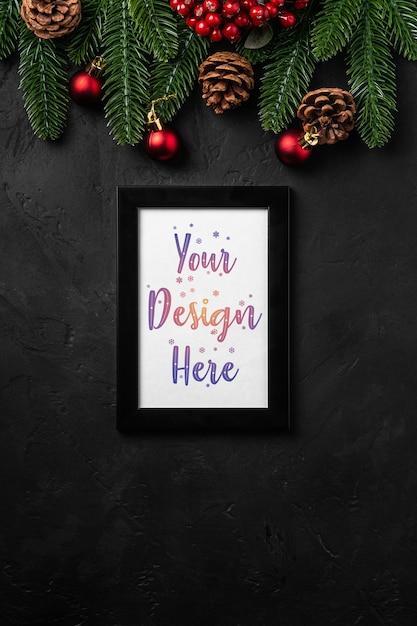 Kerstmissamenstelling met lege omlijsting. kleurrijk ornament, dennenappels en dennennaalden decoraties. mock up wenskaartsjabloon Premium Psd