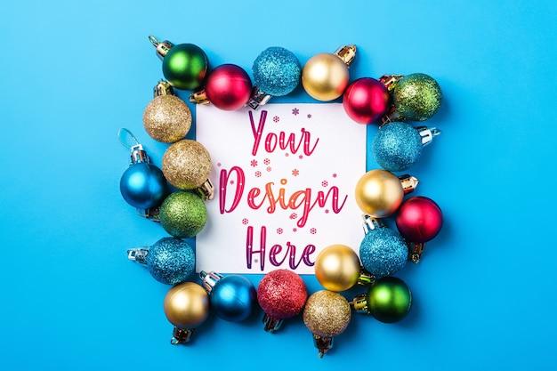 Kerstmissamenstelling met witte vierkante exemplaarruimte. kleurrijk ornament en snuisterijendecoraties. mockup wenskaartsjabloon Premium Psd