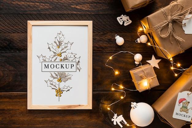 Kerstmodel in een frame met winterverlichting Premium Psd