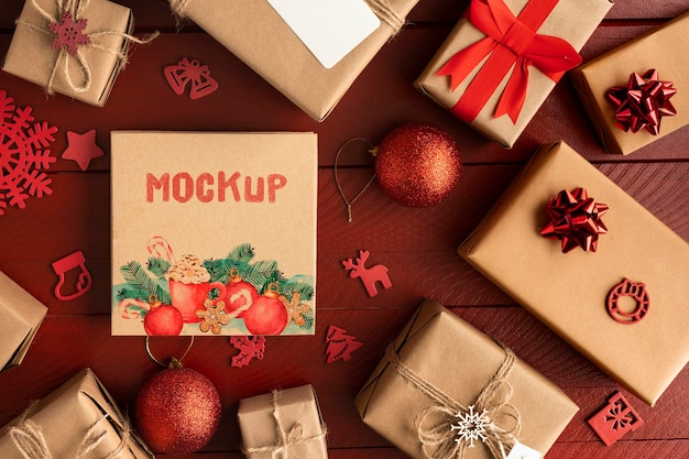 Kerstmodel met geschenkdozen Gratis Psd
