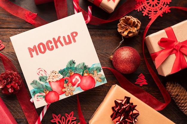 Kerstmodel met schattige dozen Gratis Psd