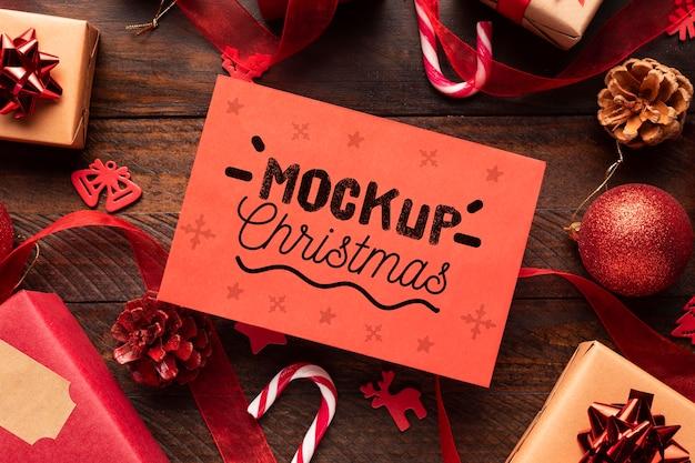 Kerstmodel op een geschenkdoos Gratis Psd
