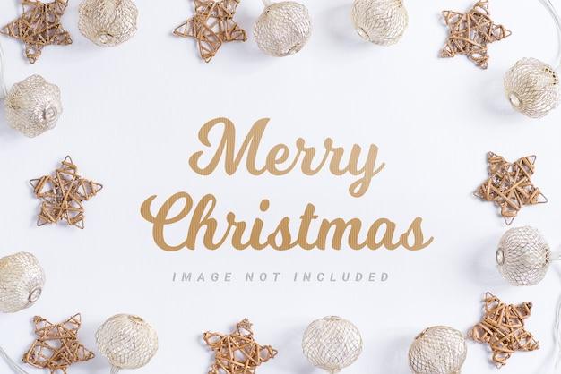 Kerstvakantie samenstelling. mockup frame met ballen en sterren op witte achtergrond. Premium Psd
