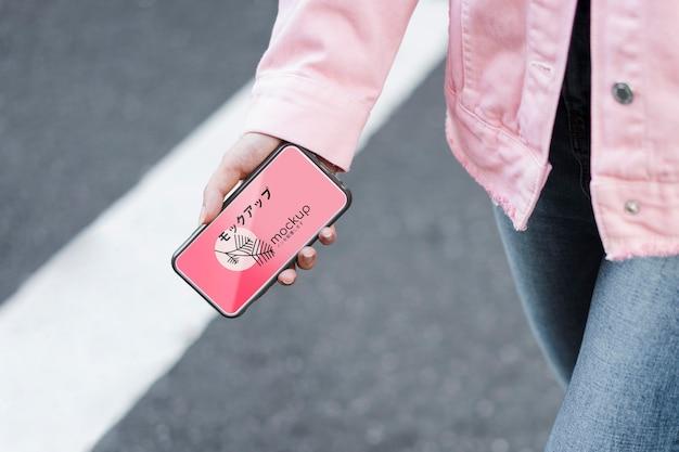 Klant die mobiele app gebruikt en op straat loopt mock-up Gratis Psd