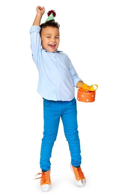 Kleine jongen met cadeau feestmuts studio portret Premium Psd