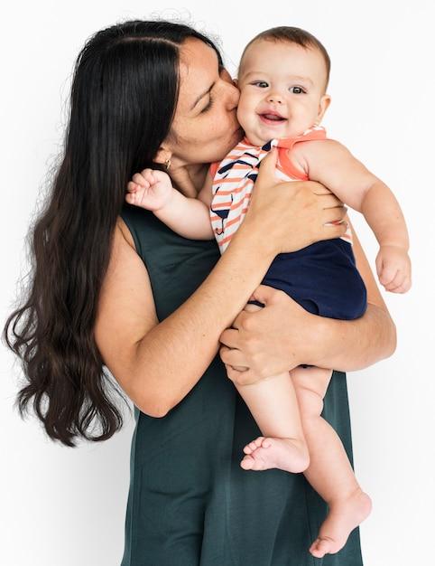 Kleine saamhorigheid moeder glimlachend samen zoon Premium Psd