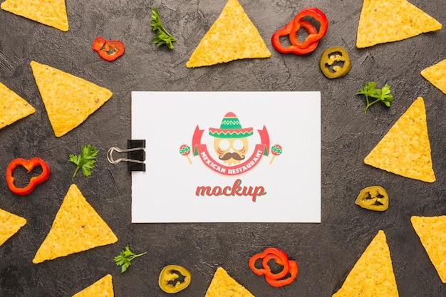 Klembord omgeven door tortillachips en ingrediënten Gratis Psd
