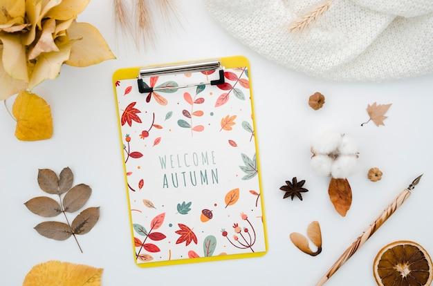 Klembordmodel van bovenaanzicht met welkome herfst Gratis Psd