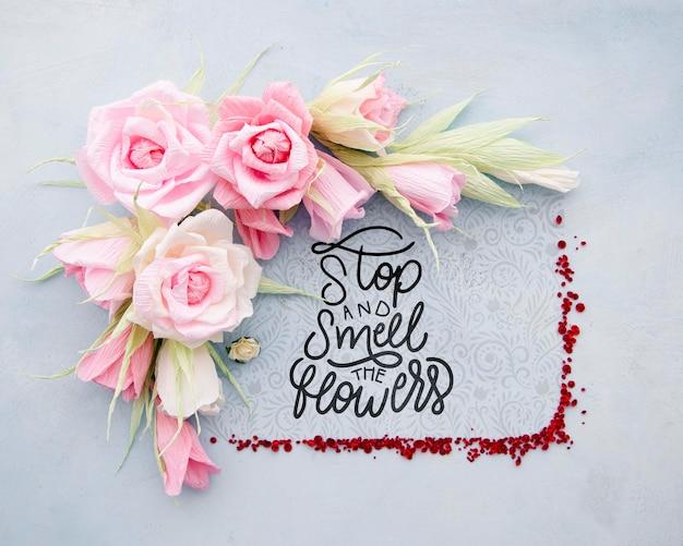 Kleurrijk bloemenframe met positief bericht Gratis Psd