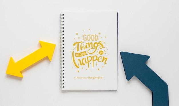 Kleurrijk pijlen en notitieboekjesmodel Gratis Psd