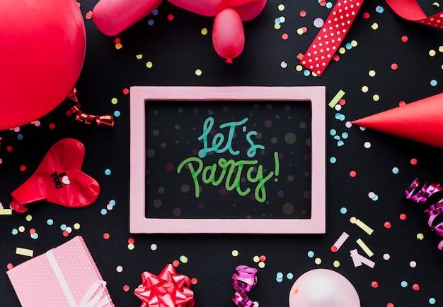Kleurrijke verjaardagsballons met confetti Gratis Psd