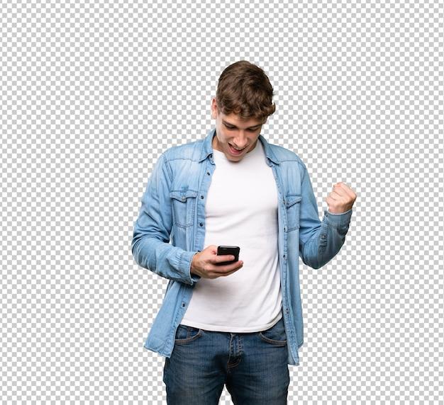 Knappe jonge man verrast en het verzenden van een bericht Premium Psd
