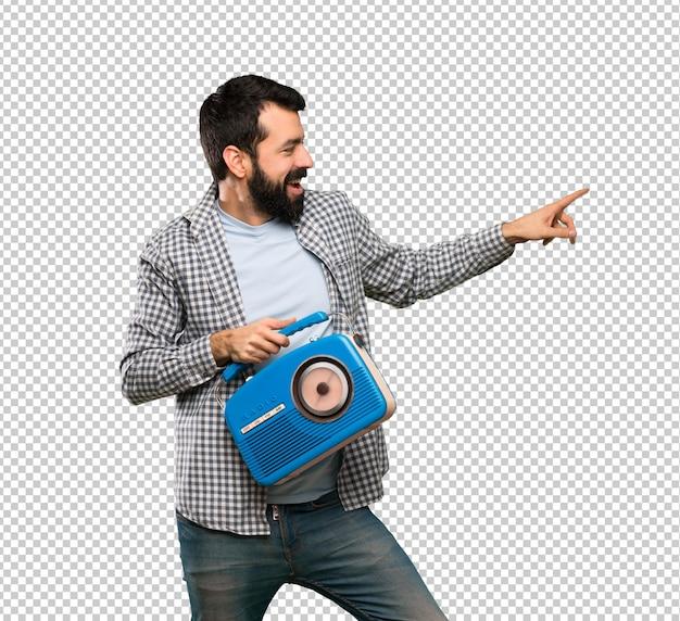 Knappe man met baard met een radio Premium Psd