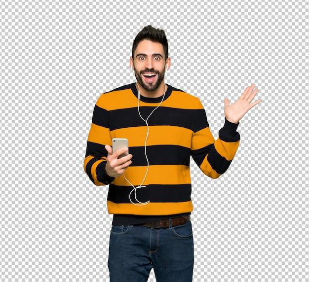 Knappe man met gestreepte trui verrast en het verzenden van een bericht Premium Psd