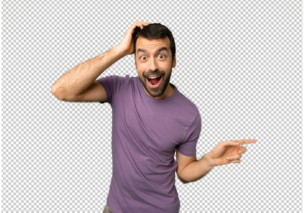 Knappe man wijzende vinger aan de zijkant en de presentatie van een product Premium Psd