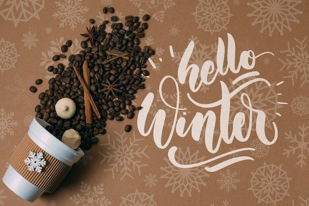 Koffiebonen in een kop met hallo wintergroet Gratis Psd