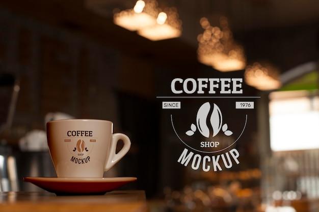 Koffiekopje in de lage hoek van de winkel Gratis Psd