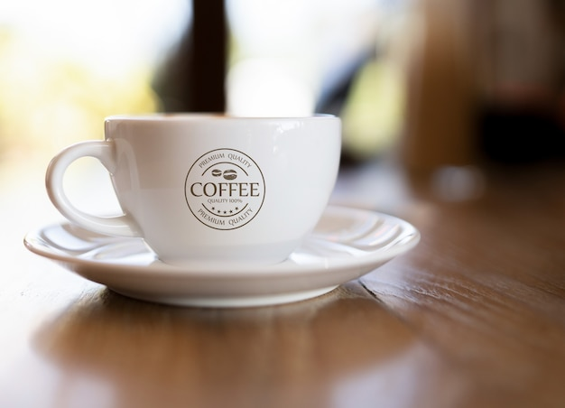 Koffiemok mockup op houten tafel Gratis Psd