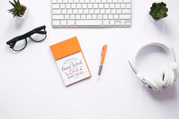 Koptelefoons en notebookmodel Gratis Psd