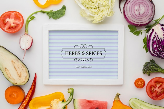 Kruiden en specerijen kaart omgeven door groenten Gratis Psd