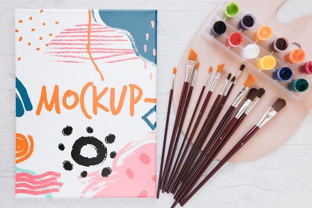 Kunststudio kleurrijke mock-up met borstels bovenaanzicht Gratis Psd