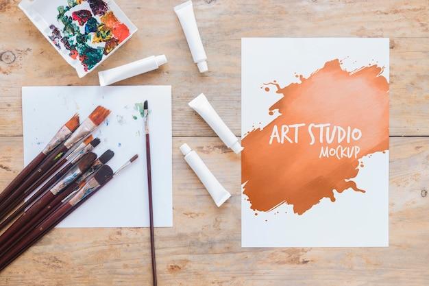 Kunststudio mock-up penselen en verf Gratis Psd