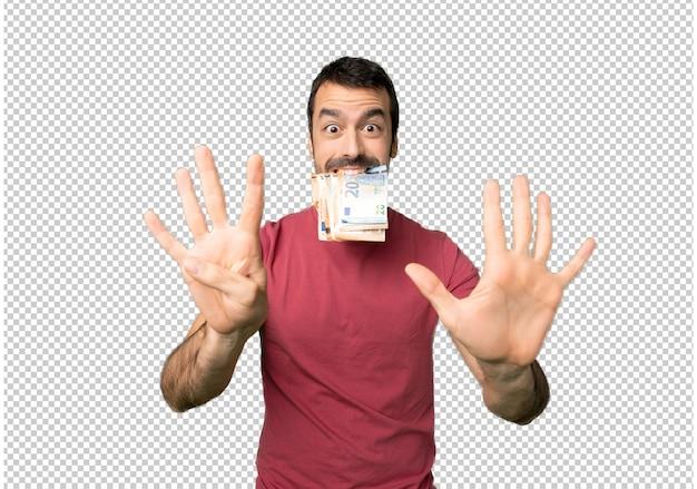 L'uomo prende un sacco di soldi contando nove con le dita Psd Premium