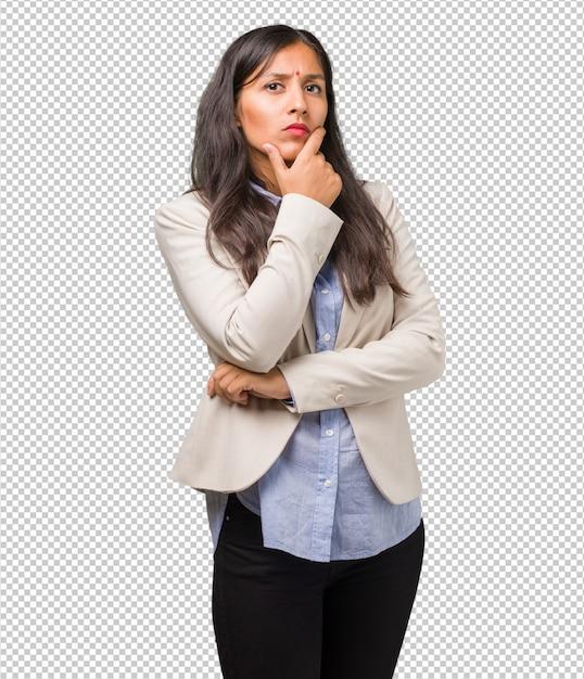 La giovane donna indiana di affari che pensa e che osserva in su, confusa su un'idea, stava provando a trovare una soluzione Psd Premium