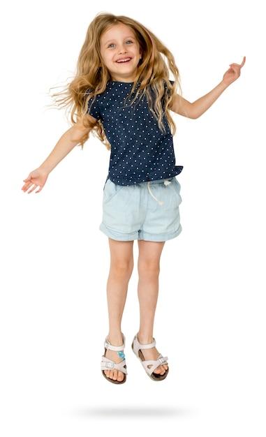 La giovane ragazza caucasica sta saltando Psd Premium